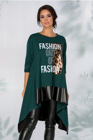 Bluza Adelina casual asimetrica verde cu imprimeu pe fata si volan din piele ecologica