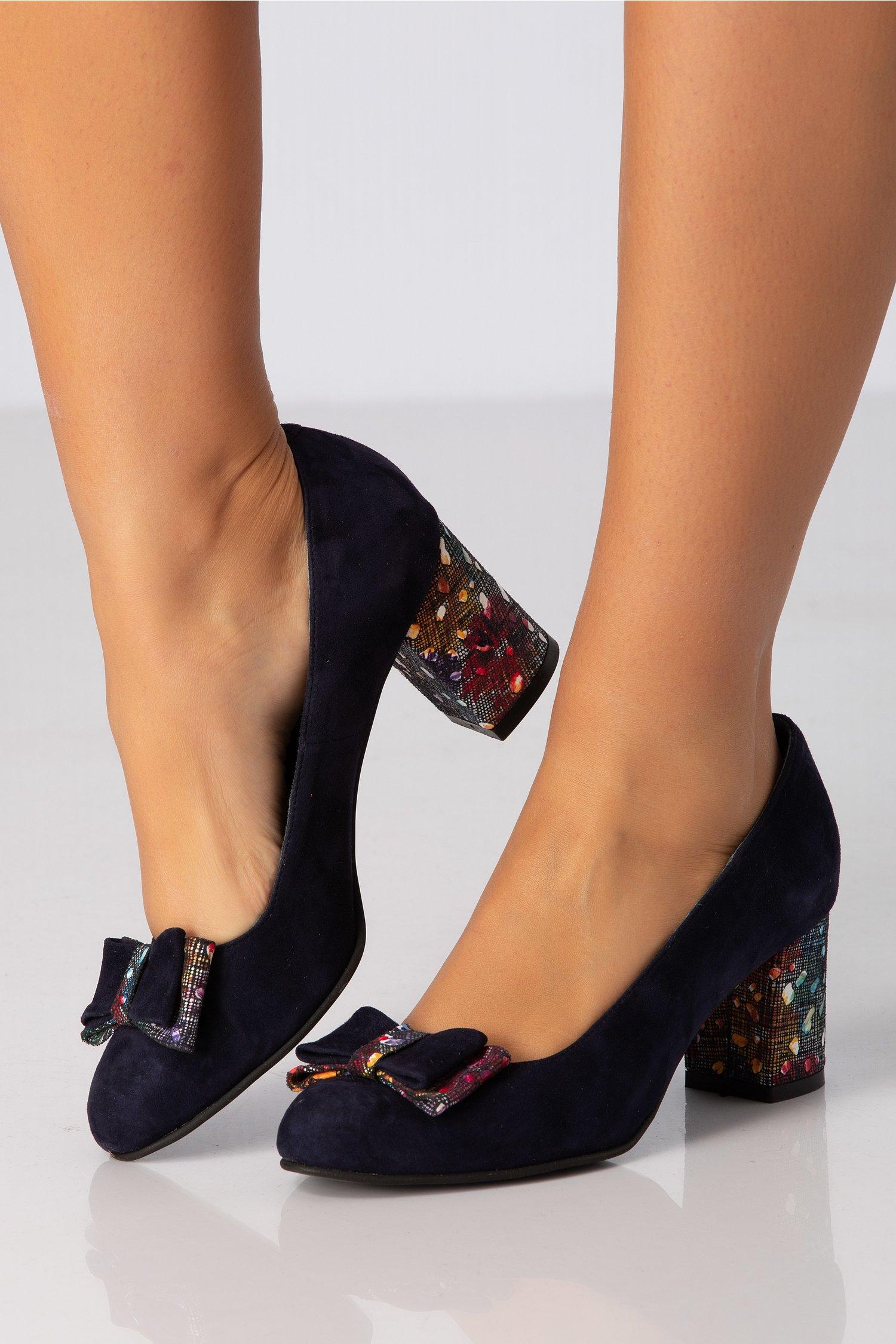 Pantofi bleumarin cu fundita maxi la varf si toc imprimat