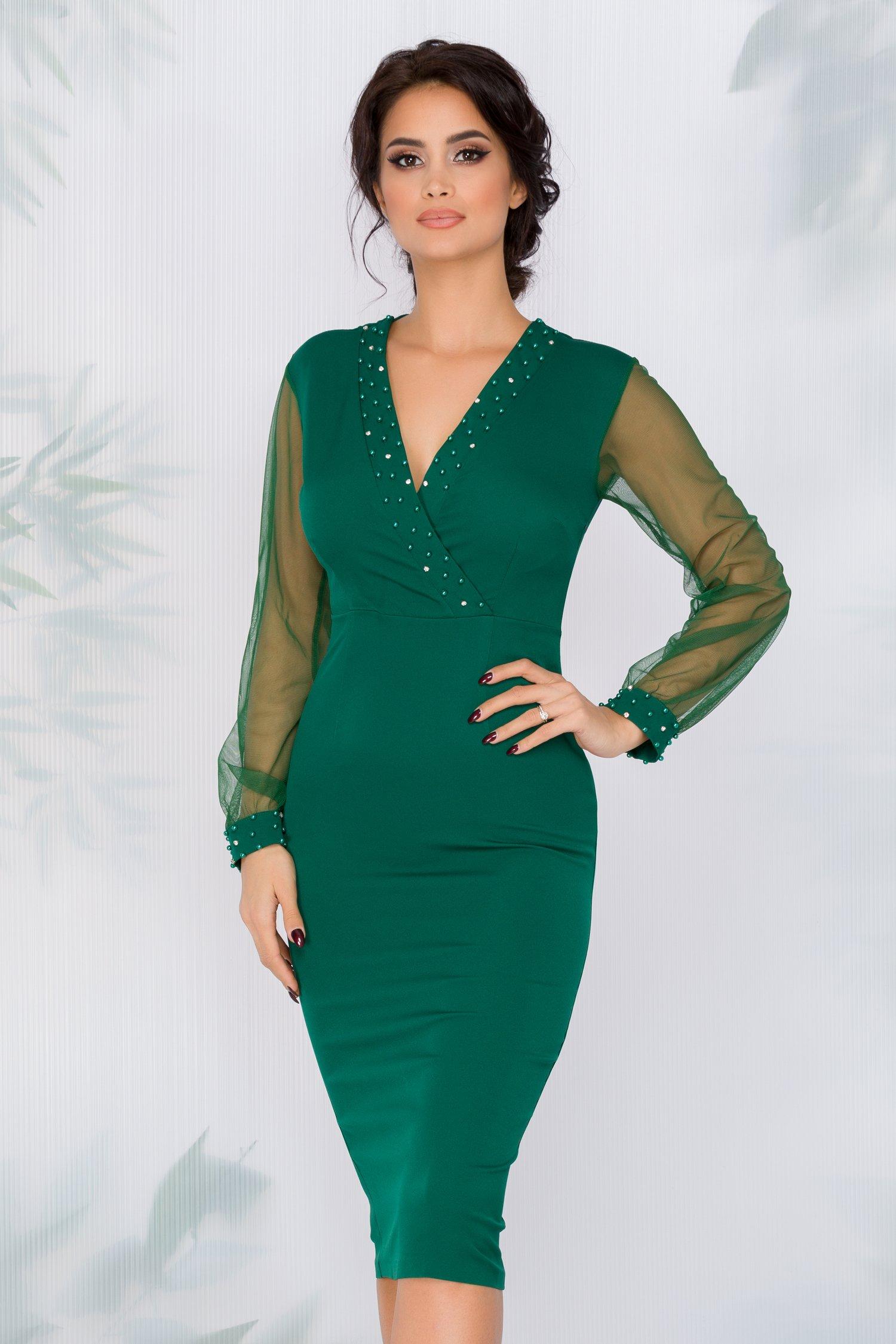 Rochie Doris verde cu decolteu petrecut accesorizat cu perlute