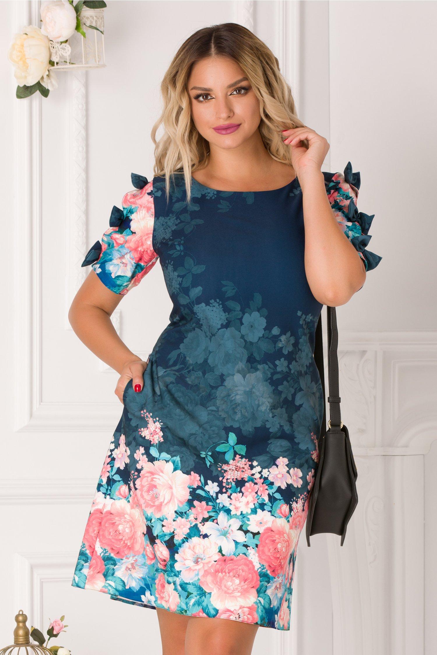Rochie Sasha bleumarin cu imprimeu floral corai si fundite la maneci