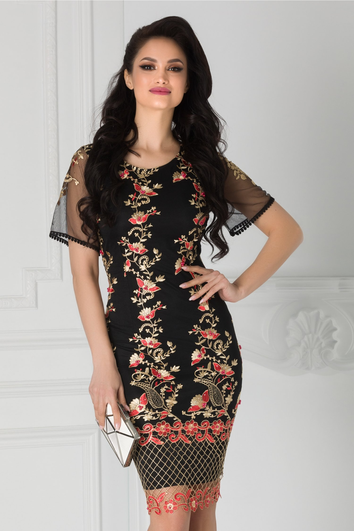 Rochie Taylor neagra cu broderie aurie si margelute rosii