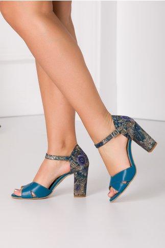 Sandale turcoaz cu imprimeu abstract auriu la spate