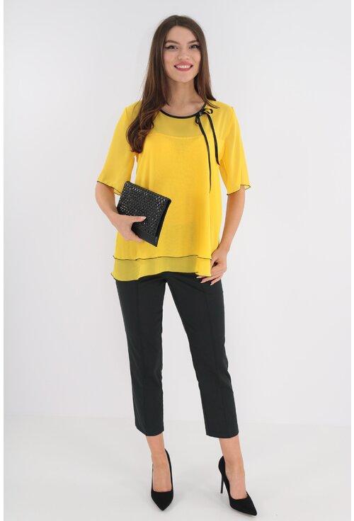 Costum format din bluza galbena si pantaloni negri