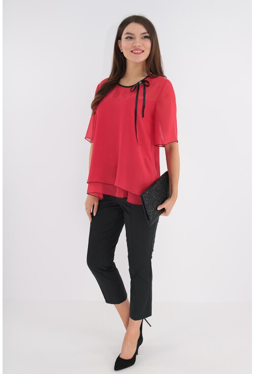 Costum format din bluza rosie si pantaloni negri