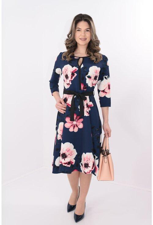 Rochie bleumarin de zi cu flori maxi roz si cordon in talie