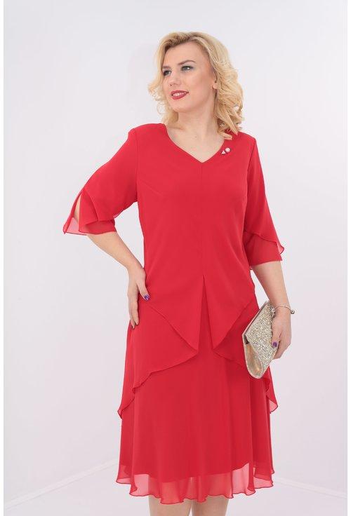 Rochie rosie cu voaluri suprapuse cu brosa